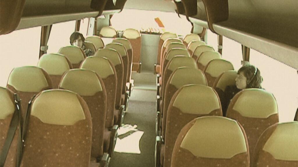 80 personas en un autobús